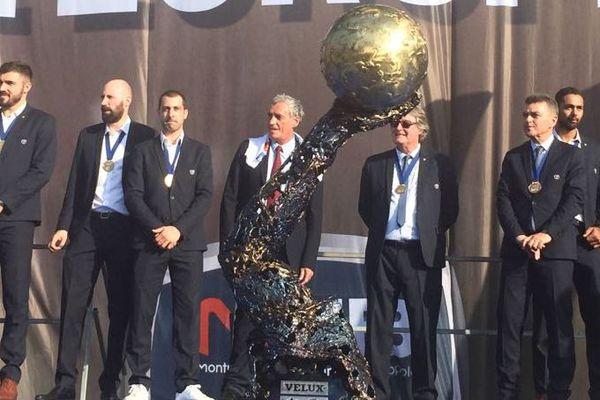Les joueurs du MHB avec la coupe d'Europe - 29 mai 2018