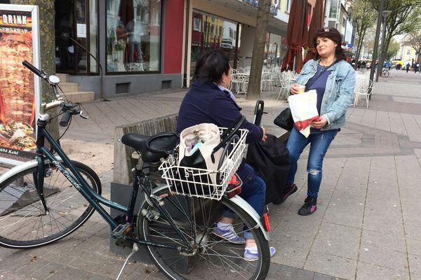 Hülya prend un café dehors sur un banc avec une amie à Kehl le 3 avril 2020, les rassemblements de plus de deux personnes dans la rue sont interdits dans le Bade-Wurtemberg