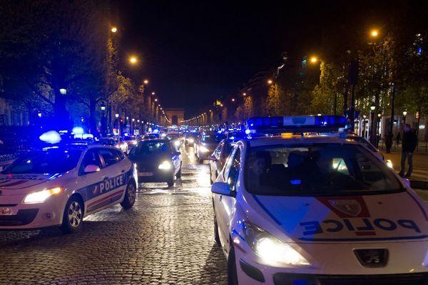 """Une centaine de """"gyros bleus"""" ont défilé sur les Champs-Elysées, à Paris, ce jeudi 20 décembre."""