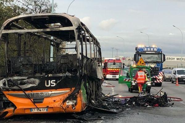 Le bus ravagé par les flammes sur le périphérique parisien.