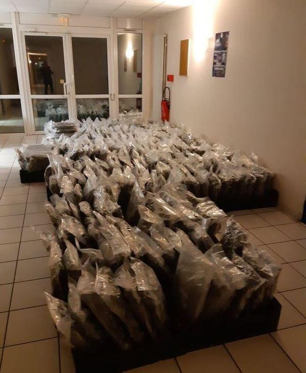 Les sacs d'herbe de cannabis saisis par les douanes de Poitiers dans le semi-remorque espagnol.