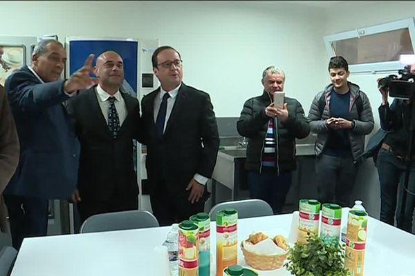 François Hollande photographiés avec les habitants du quartier de la cité des Bourelly dans le 15ème arrondissement. La cité abrite le club de boxe Muay Thaï qui forme aussi des agents de sécurité.