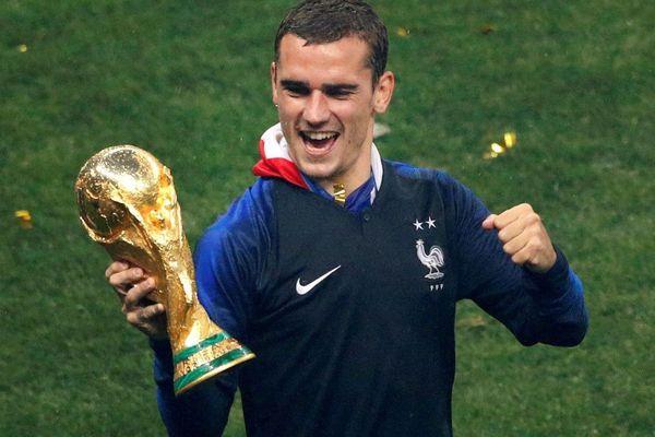 Le Mâconnais Antoine Griezmann brandit le trophée de la Coupe du monde de football après la victoire de la France face à la Croatie dimanche 15 juillet 2018.