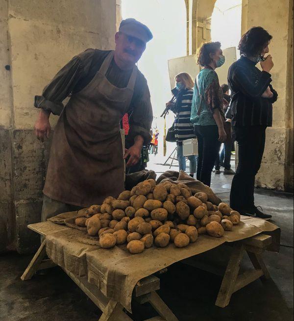Anthony Deparis, figurant venu des Vosges, joue un marchand de patates.