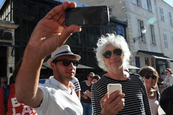 Louis Bertignac (les Insus) avec des fans avant le dernier concert des Francofolies