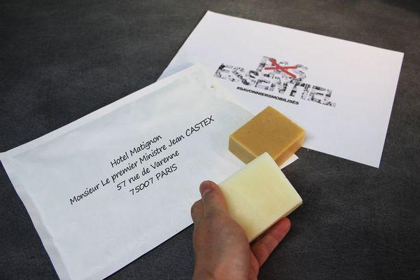 Une centaine de savonniers ont envoyé ce mercredi 21 avril leur produit à Matignon afin d'alerter sur leur situation.