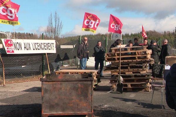 En Haute-Loire, les salariés de l'entreprise SES de Saint-Pal-de-Mons ont décidé de reprendre leur activité suite à la procédure d'appel lancée par le parquet concernant leur repreneur. Ils avaient occupé l'entreprise plusieurs jours. (Photo)