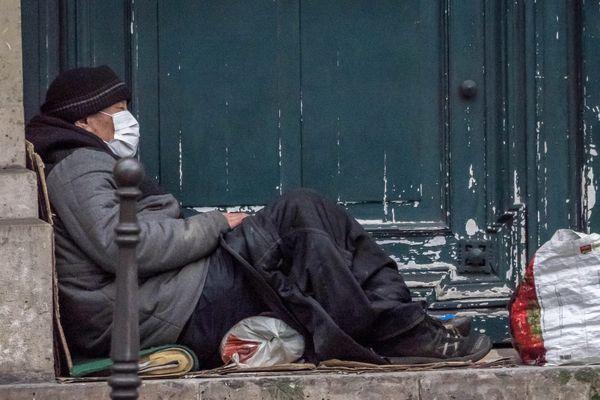 L'association Aurore distribue des repas à Paris pour les sans-abris.