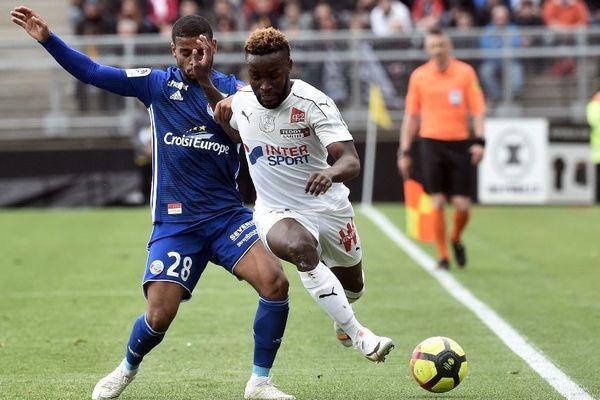 Le milieu de terrain strasbourgeois Jonas Martin et le milieu de terrain amiénois Cheick Timité lors de la 34e journée de Ligue 1 le 28 avril 2019