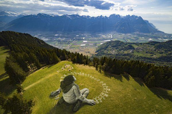 message d'espoir de Saype dans les montagnes suisses.