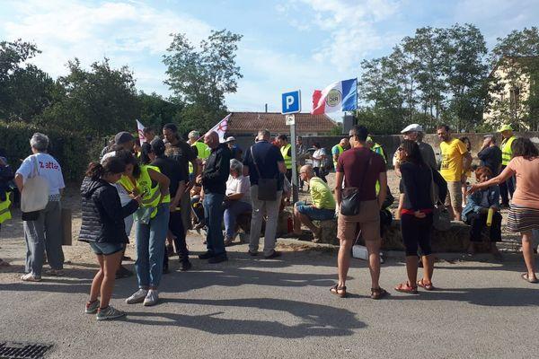 Remoulins (Gard) - Rassemblement devant la gendarmerie pour soutenir 2 militants ANV COP21 d'Avignon (Mathilde et Bruce) qui sont entendus pour avoir décroché le portrait d'Emmanuel Macron à Collias le 23 juillet - 12 août 2019.
