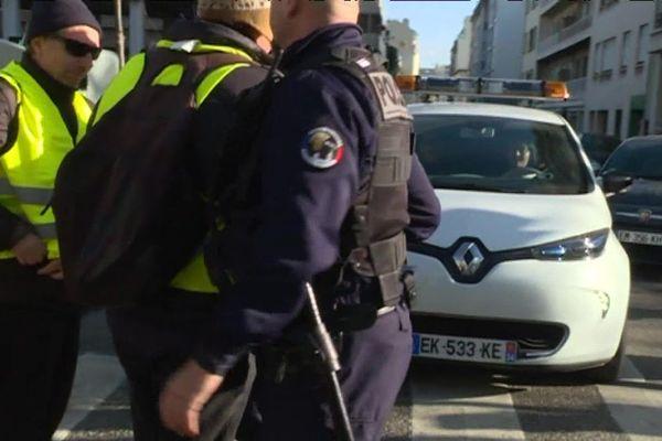 Les gilets jaunes bloquent la scan-car à Marseille