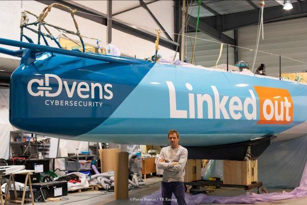 """Le bateau de Thomas Ruyant a été mis aux couleurs de """"LinkedOut"""" dans son chantier de Lorient."""