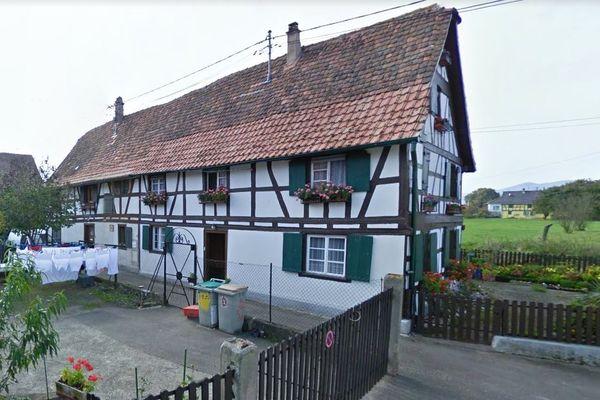 L'habitation mitoyenne se trouve rue du Haut-Fossé, à Ebersmunster (Bas-Rhin).