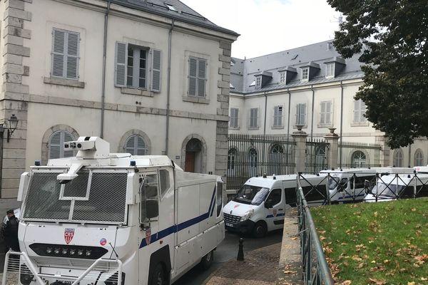 Un important dispositif de maintien de l'ordre, deux compagnies de CRS, a été déployé aux abords du palais de justice.