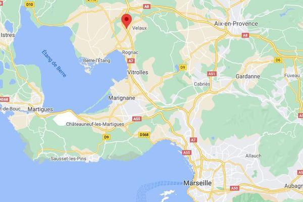 L'autoroute A7 a été provisoirement fermée à hauteur de la commune de Velaux avec la mise en place d'une déviation pour permettre aux pompiers d'intervenir.