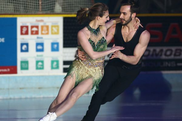 Les vice-champions olympiques de danse sur glace Gabriella Papadakis et Guillaume Cizeron ont dansé devant leur public, à Clermont-Ferrand, mercredi 28 février.
