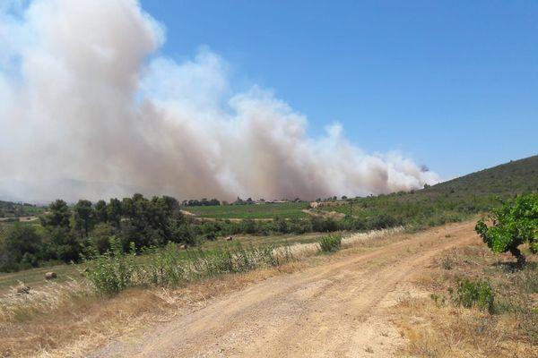 Le panache très visible de l'incendie de Fabrezan (Aude) du 15 juillet 2019