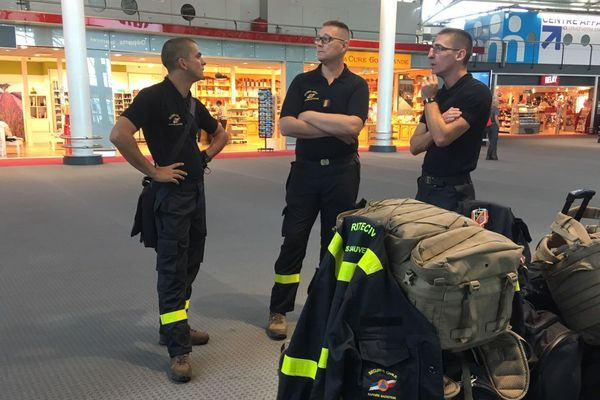Les sapeurs-sauveteurs de l'UIISC de Brignoles, en attente à l'aéroport de Marseille-provence.