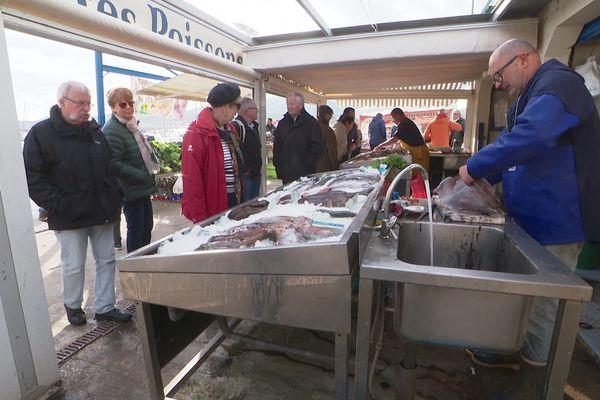 Un poissonnier sur le marché dominical d'Argelès-sur-Mer (Pyrénées-Orientales)