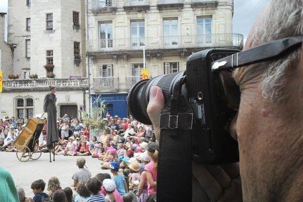 Francis photographie les échassiers-danseurs de la Compagnie Triade Nomade interprétant Volver à Mimos