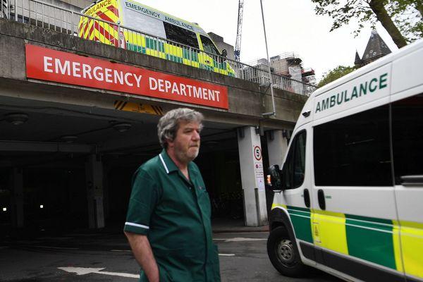 Ambulances arrivant au Royal Free Hospital de Londres ce mercredi.