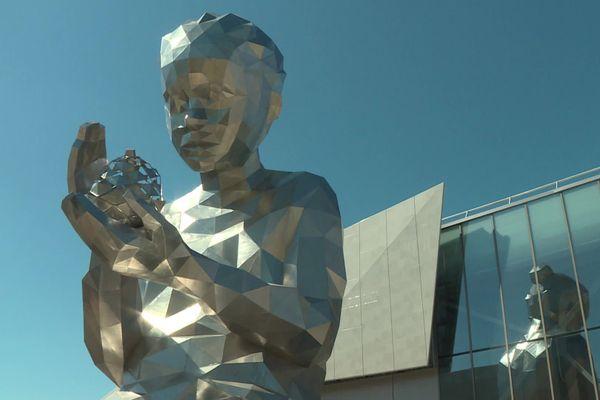 La statue Lucie veille sur l'entrée de Steel