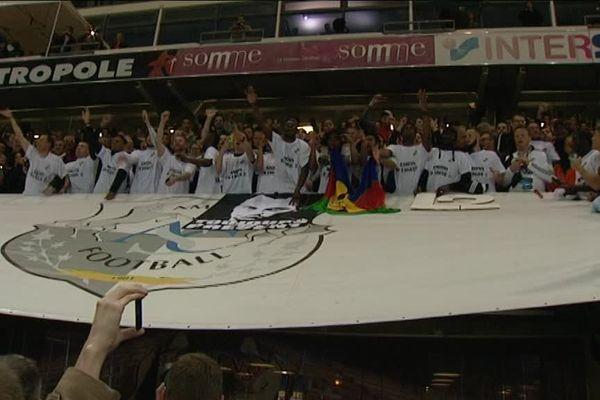 L'équipe devant ses supporters à la Licorne, vendredi 3 juin.