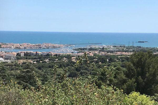 Vue d'ensemble du Cap d'Agde et du fort de Brescou depuis le mont Saint-Loup