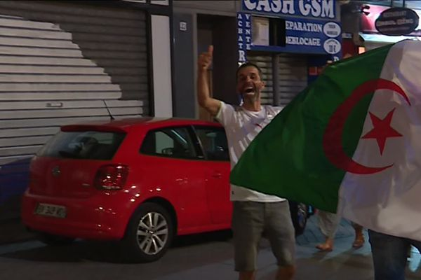 """Les supporters des """"Fennecs"""" heureux hier soir à Marseille avant que la situation ne dégénère."""