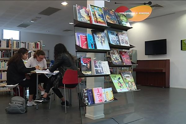 La médiathèque de Floirac, en Gironde, accueillent les lycéens qui révisent leur bac.