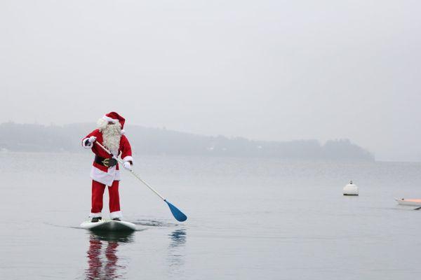 Le père Noël était sur le lac Léman dans la baie de Sciez, en Haute-Savoie, le samedi 19 décembre.