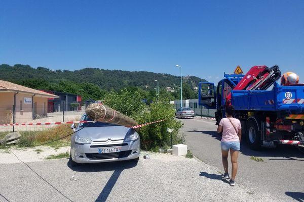 5 poteaux électriques à terre dans la zone d'activité Faisceau Sud au Teil (en Ardèche)