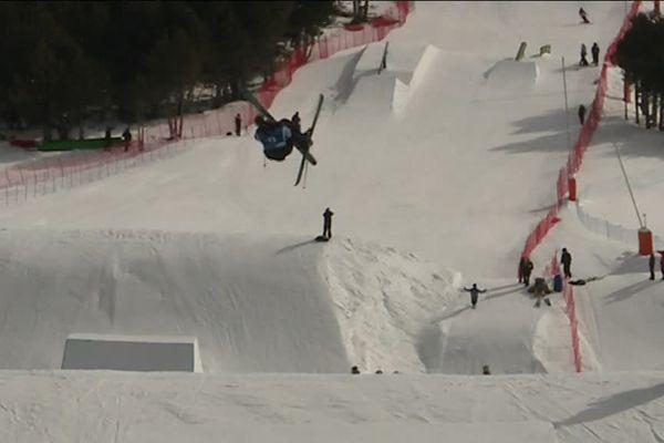 Même si la neige fait défaut dans les pyrénées, la coupe du monde de Ski Slop Style a bien debuté cette semaine à Font-Romeu Pyrénées 2000 grâce aux enneigeurs ! Il s'agit de l'unique étape française du circuit international de ski freestyle.