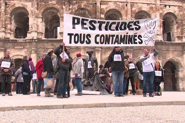 """Manifestation de """"pisseurs de glyphosate"""" devant les arènes de Nîmes avant leur dépôt de plainte le 4 décembre 2019"""
