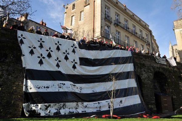 Drapeau breton déployé lors de la manifestation des Bonnets Rouges à Nantes, le 25 janvier 2014.