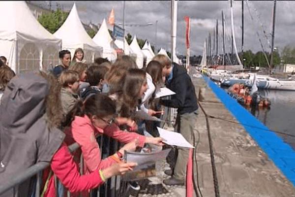 Séance d'autographe dans le village de la Normandy Channel Race