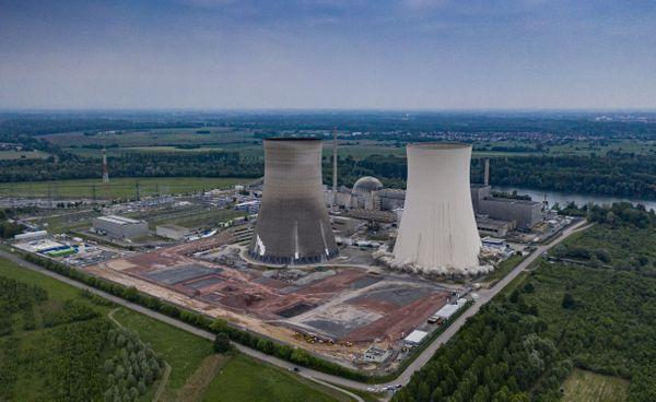La première tour de la centrale nucléaire de Philippsburg est en train de s'affaisser, jeudi 14 mai, vers 6h05.