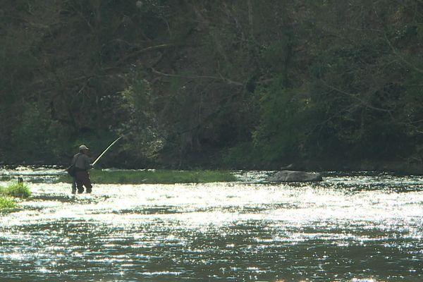 Un pêcheur sur le bord de la rivière Sarthe