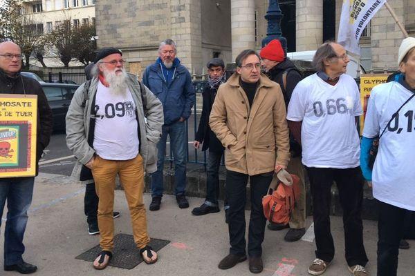Des faucheurs volontaires devant le tribunal de Quimper ce 20 novembre 2018