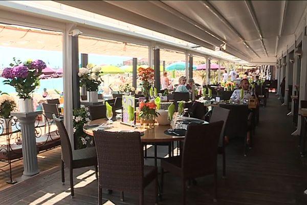 Ce restaurant de plage avait été entièrement détruit par la tempête Adrian. Il a été entièrement reconstruit avant la saison.