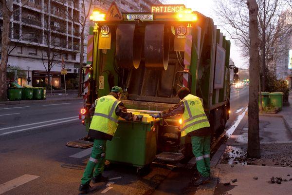 Les éboueurs de la Ville de Paris en grève contre la réforme de transformation de la fonction publique