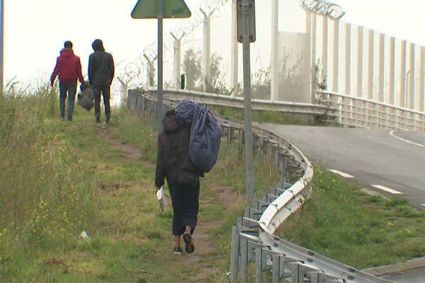 Malgré le démantèlement, de nombreux migrants sont revenus à Calais et souffrent du manque de tentes et d'accès à l'eau.