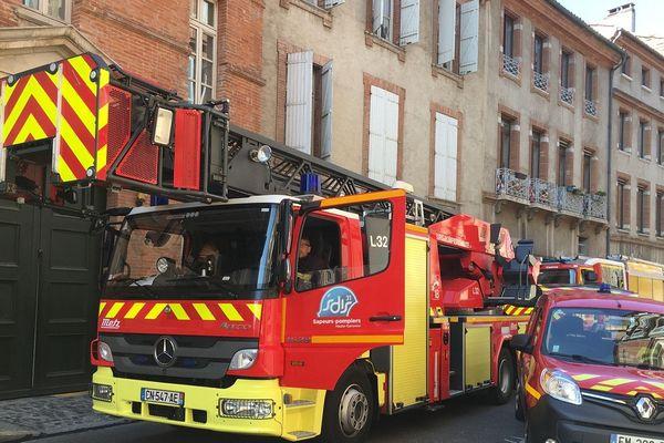 Quatre engins et 16 sapeurs pompiers ont été nécessaires pour éteindre le début d'incendie.