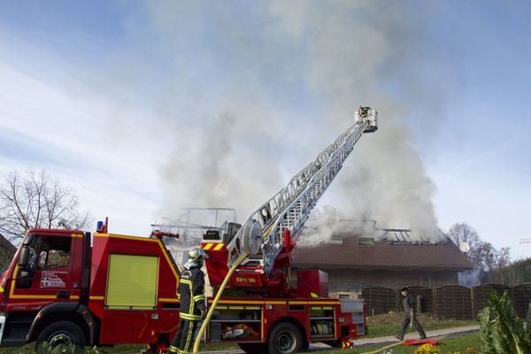 La toiture a entièrement brûlé