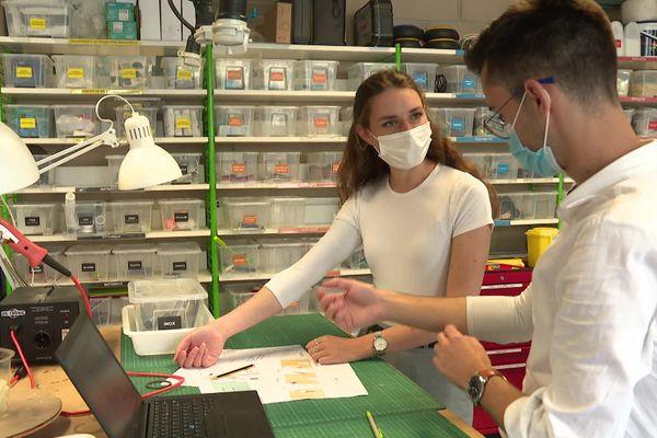 Jeanne Raynaud et Corentin Vercoor font une démonstration de leur innovation : des manches amovibles et anti-bactériennes pour les soignants