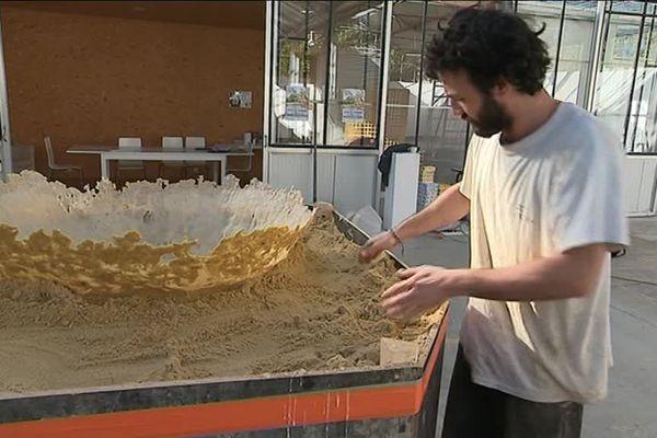 Hugo Bel démoule sa sculpture en sucre et sable de Bayeux... Va-t-elle résister? Le plus simple est d'aller voir sur place à Tessy-Bocage.