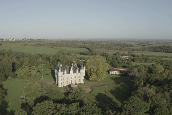 Un château des Mauges dans un écrin de verdure