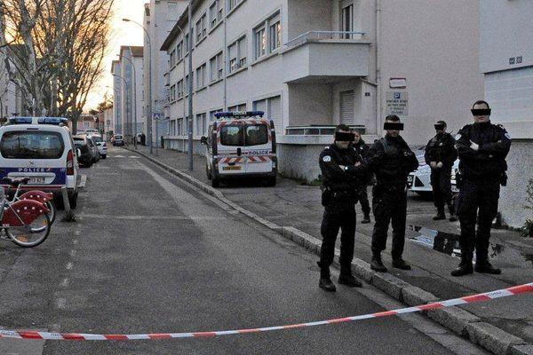La scène de crime dimanche après- midi, dans le quartier des Buers, encore protégée par la police