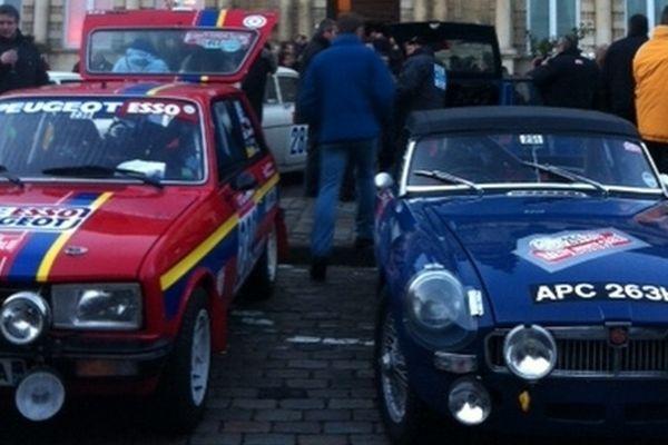 Avant spectaculaire d'un des bolides engagés dans le 16e Rallye Monte-Carlo Historique